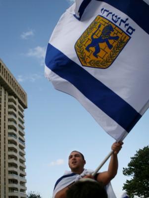 Young Israeli waves Jerusalem flag on Yom Yerushalayim